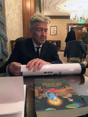 David Lynch con una copia di -Psicologia del futuro- di Stanislav Grof
