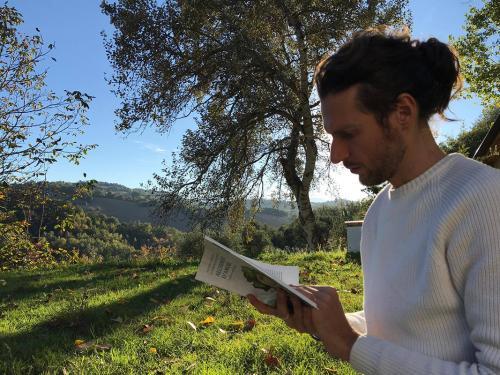 Andrea Zurlini sfoglia il suo libro -Alchimisti d'amore-
